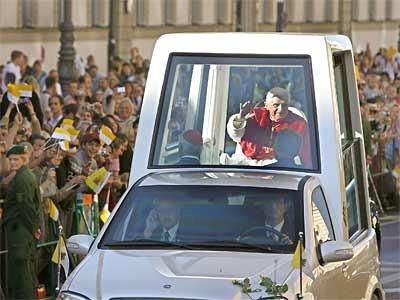 Papst Benedikt im Papamobil