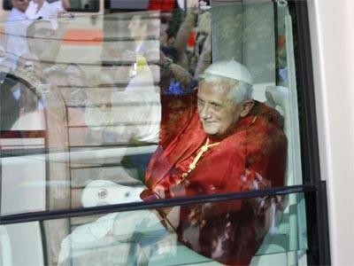 Papst im Papamobil in München