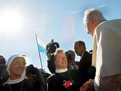Ordensschwestern und Papst Benedikt