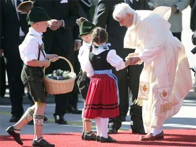 Papst Benedikt am Flughafen