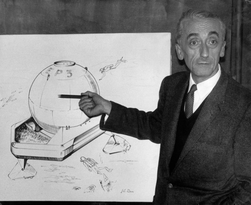Jacques Cousteau demonstriert seine Tauchkugel, 1965