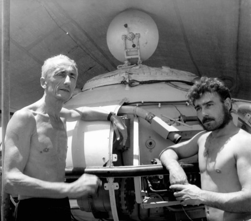 Jacques Cousteau und Jacques Roux vor einer Tauchkugel im Sudan, 1963
