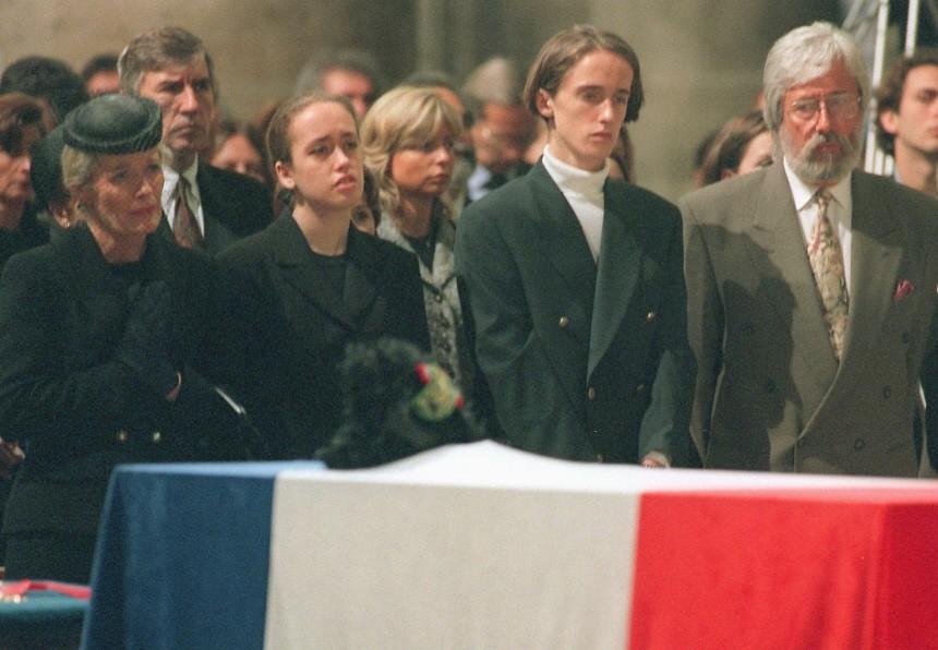 Die Angehörigen von Jacques Cousteau bei der Trauerfeier in Notre Dames