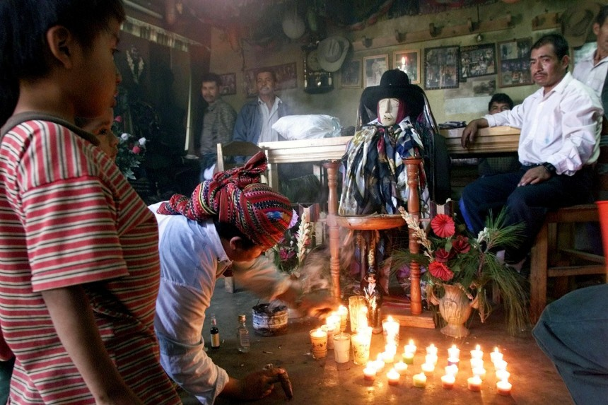 GUATEMALANS GIVE OFFERINGS TO MAYAN SAINT MAXIMON