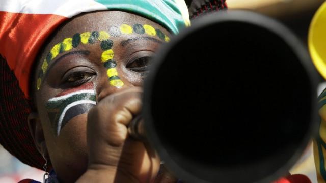 WM 2010: Vuvuzela-Lärm: Die Vuvuzela gehört für südafrikanische Fans zum Fußball dazu. In Deutschland stößt das Dauer-Getröte auf Kritik, weil es im Fernsehen den Kommentator übertönt.