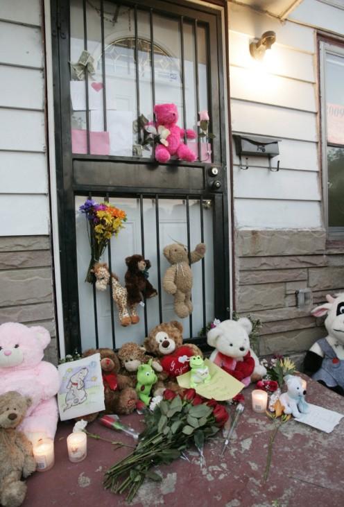 Michael Jackson mit 50 gestorben - Teddys und Blumen vor Geburtshaus in Gary