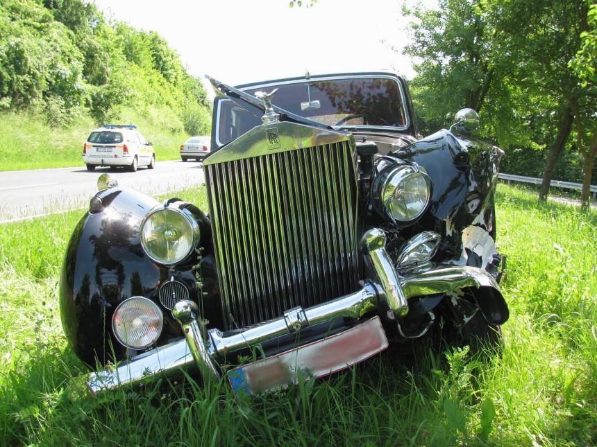 Seltener Rolls-Royce bei Unfall zerstoert