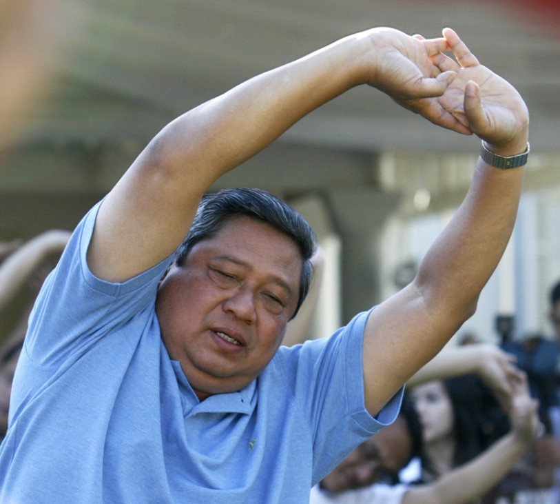 Indonesia's President Yudhoyono takes part in a morning exercise session at the Cipanas palace in West Java