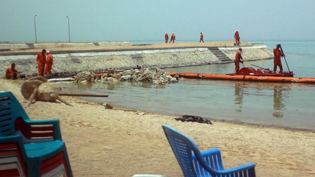 Ägypten: Ägyptische Arbeiter säubern einen der verunreinigten Strände um Hurghada.