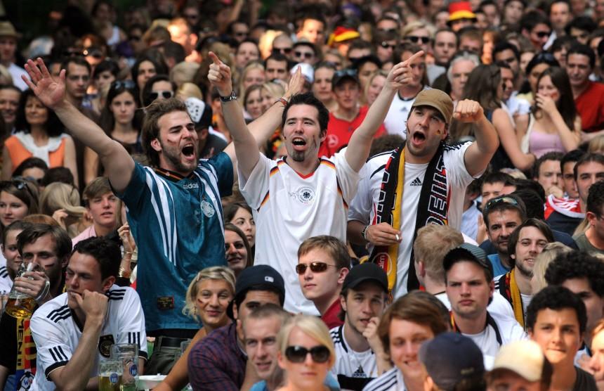 WM 2010 - Fußball-Fans im Biergarten