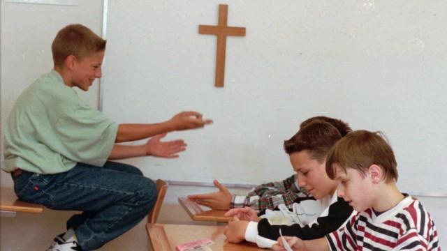 Schüler in einem Klassenzimmer mit Kruzifix, 1995