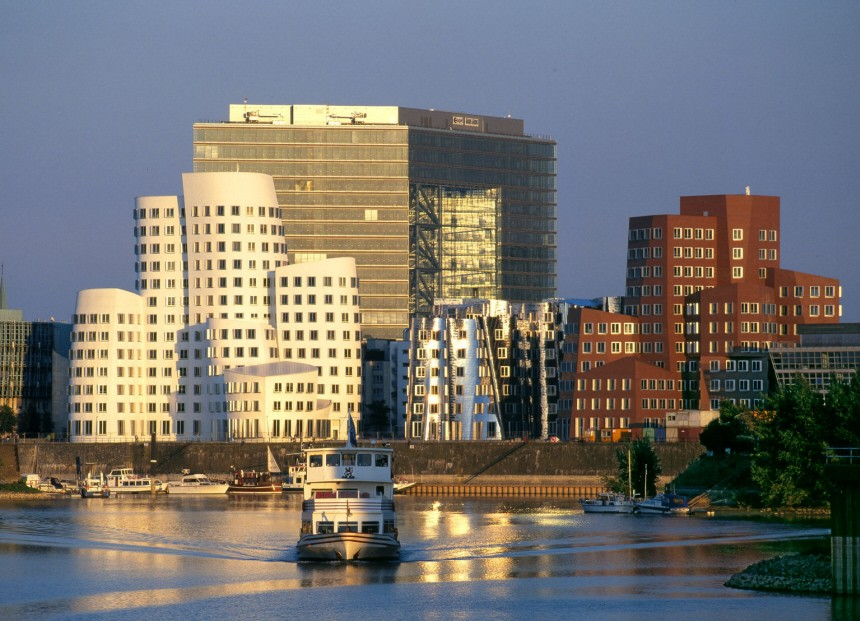 Düsseldorf lockt den Drachen an den Rhein / Düsseldorf. The Cit