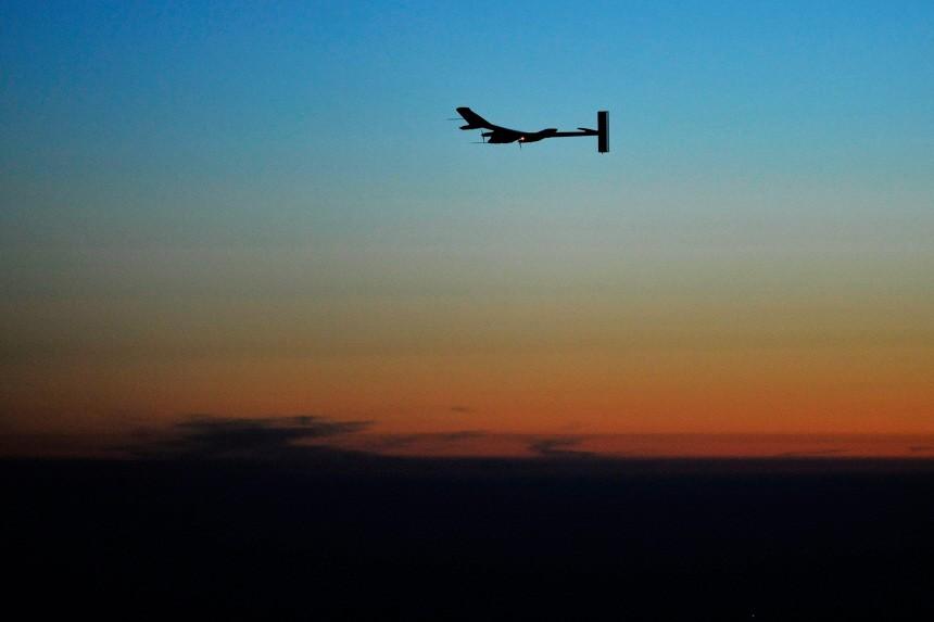 Solarflugzeug beim ersten Nachtflug