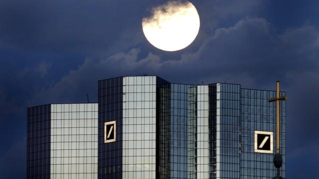 Vollmond über der Zentrale der Deutschen Bank in Frankfurt