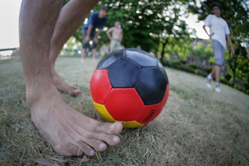 WM 2010 - Fußball in schwarz, rot, gelb
