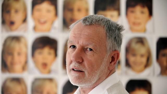 Werner Kelnhofer: Werner Kelnhofer muss tagein, tagaus schauspielern. Auf dem Spielplan steht immer wieder das gleiche Stück: Werner Kelnhofer, der Unauffällige. Der 59-Jährige ist Autist, der Umgang mit anderen Menschen bereitet ihm Probleme.