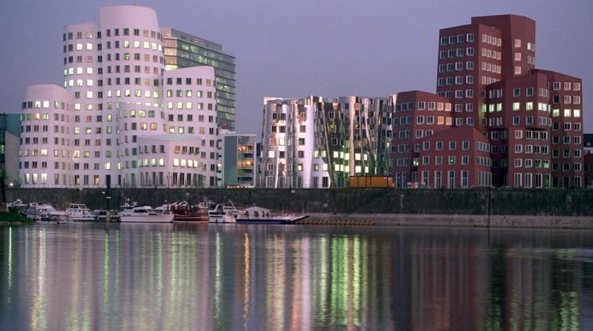 Neuer Zollhof in Düsseldorf mit Bauten des Architekten Frank Gehry, 1999