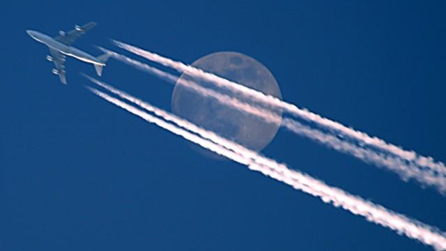 Flugzeug vorm Mond