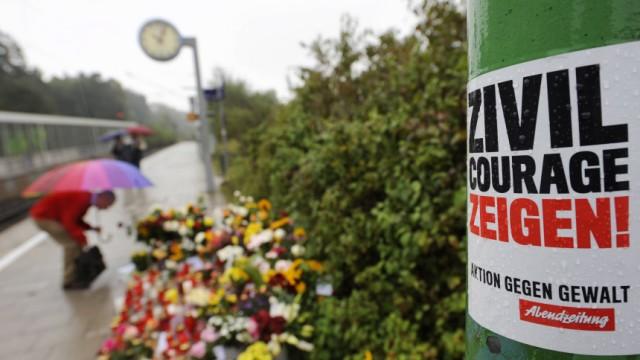 Fall Dominik Brunner: S-Bahnhof Solln in München: An einer Säule der Haltestelle, an der am 12. September 2009 der 50-jährige Dominik Brunner zu Tode geprügelt wurde, zeigten die Münchner im vergangenen Herbst ihre Anteilnahme.