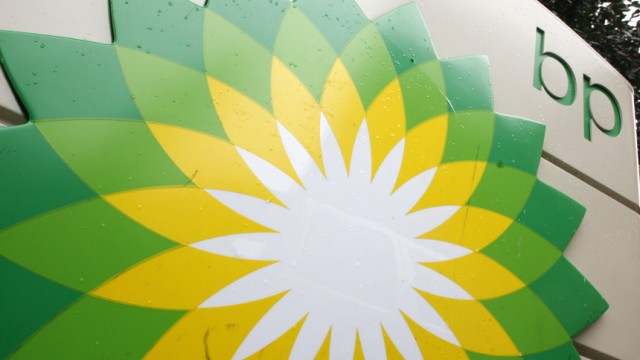 Gewinnrückgang: BP-Logo an einer Tankstelle: Der britische Öl-Konzernpoliert seine Bilanz durch den Verkauf von Firmenbesitz auf.