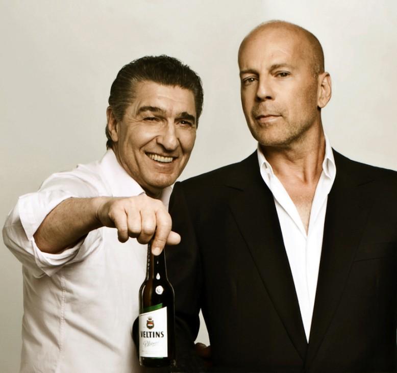 Neuer Veltins-TV-Spot: Wenn Rudi Assauer Hollywood-Star Bruce Willis das Pils wegschnappt