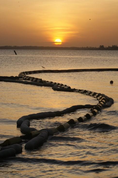 Fischerboote im Einsatz gegen die Ölpest