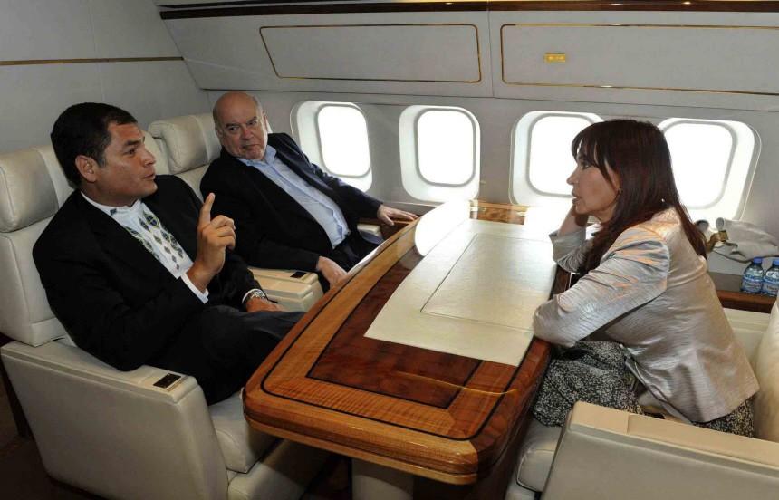 Argentina's President de Kirchner, her Ecuadorean counterpart Correa and OAS Secretary General Insulza speak aboard presidential aircraft en route to El Salvador
