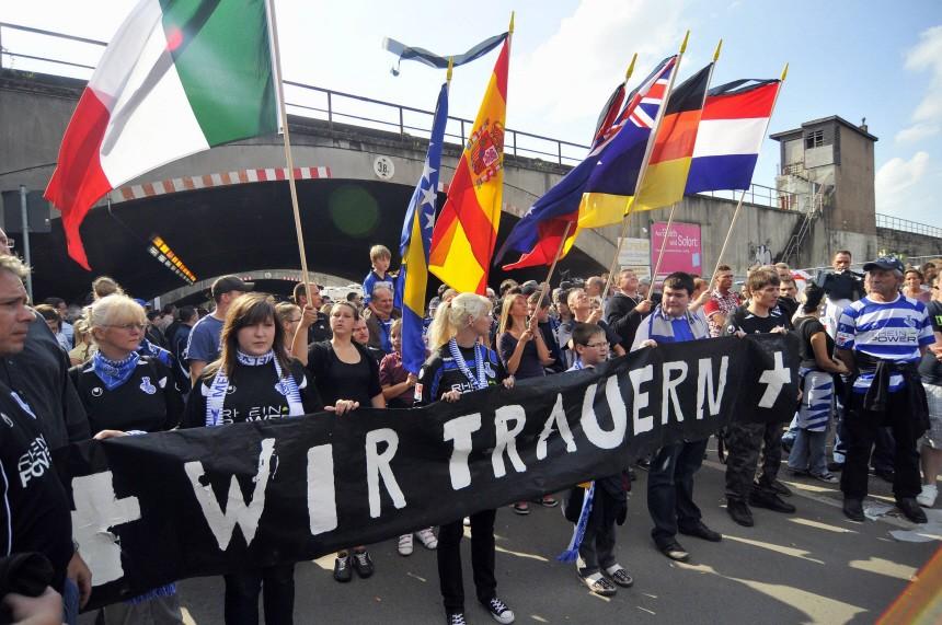 Mehrere hundert Fussballfans starten zu Trauermarsch durch Duisburg