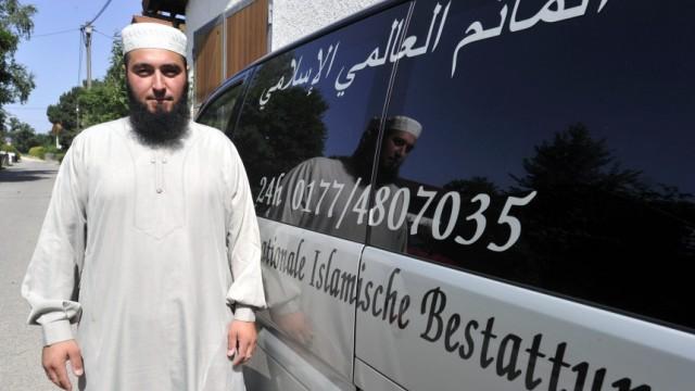 Der Bestatter von Oedenstockach: Der Prophet habe alle Rituale vorgegeben, sagt der islamische Bestatter Salih Güler. Das Problem: Manches lässt sich nicht so leicht umsetzen.
