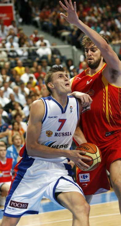 Spain's Pau Gasol defends Russia's Kirilenko during the final game  at European Basketball Championship in Madrid