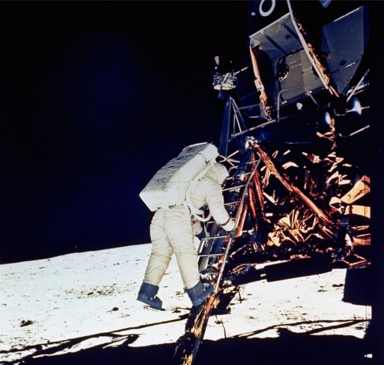 Astronaut Edwin E. Aldrin steigt die Stufen von Apollo 11 hinab