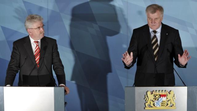 """Bayern: CSU gegen FDP: """"Jetzt versteht man auch besser, warum sich die FDP als Gurkentruppe verhöhnen lassen musste"""": Ministerpräsident Horst Seehofer (CSU)mit seinem Stellvertreter Martin Zeil (FDP)."""