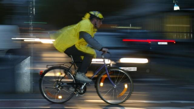 Radfahrer in der Dunkelheit