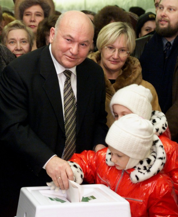 MAYOR LUZHKOV VOTES IN MOSCOW