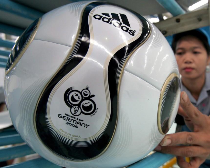 Fußball - Produktion des WM-Balles 'Teamgeist' in Thailand