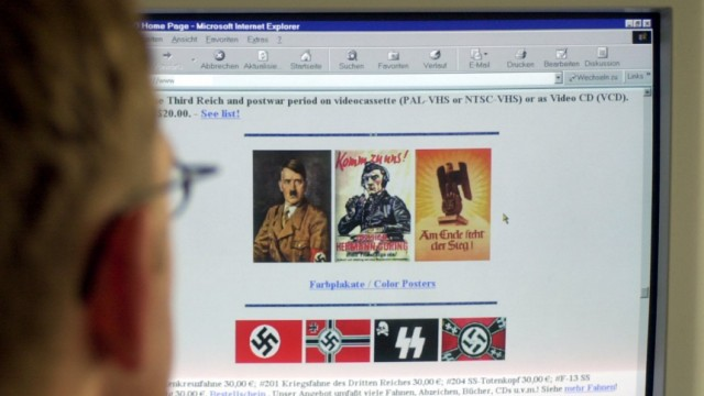 Mann betrachtet Internetseiten mit rechtsradikalem Inhalt, 2002