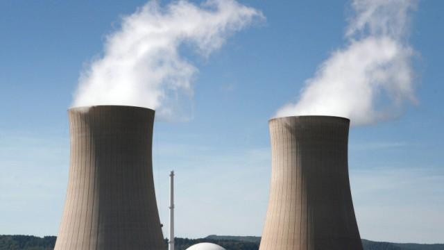 Regierung Merkel und die Stromkonzerne: Die Stromkonzerne werden enorme Gewinne einstreichen, wenn sie ihren billigen Atomstrom teuer an der Börse verkaufen.