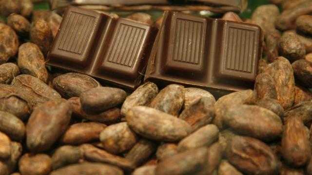 Schokolade: Verbraucher haben genaue Vorstellungen, was eine Tafel Schokolade kosten soll. Darum tricksen die Hersteller beim Gewicht - machen sie beispielsweise leichter als 100 Gramm.