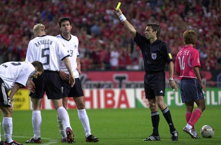 Michael Ballack sieht bei der WM 2002 im Halbfinale die zweite gelbe Karte.