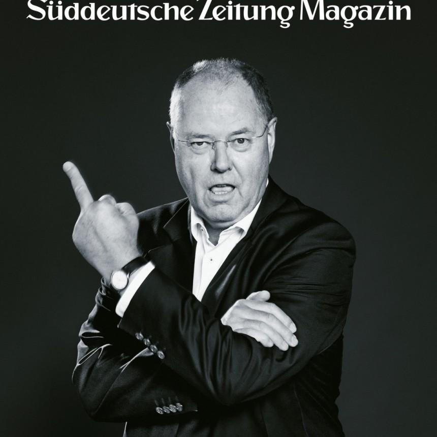 ef11a7839 ... fotografiou na titulnej strane piatkového vydania magazínu  vychádzajúceho spolu s denníkom Süddeutsche Zeitung . Na nej sa oblečený v  obleku ...